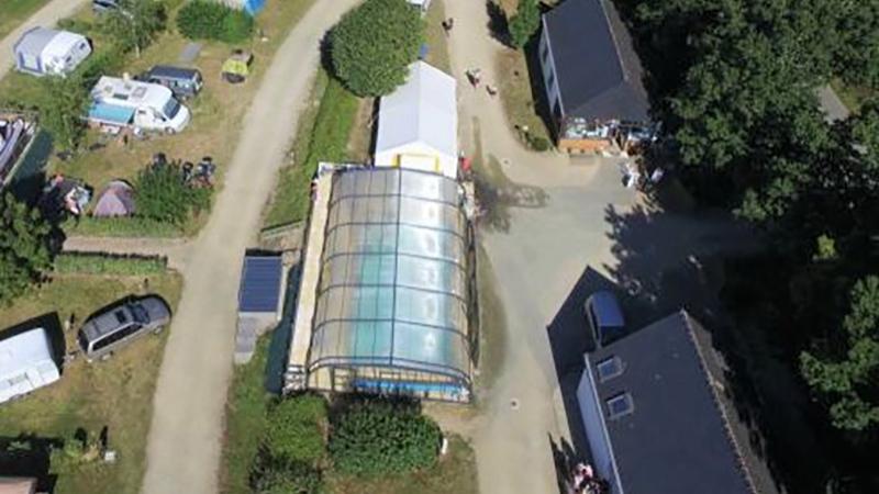 Vue extérieure de la piscine